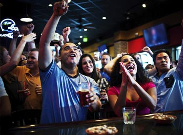 oxnard-sports-bar-cheering